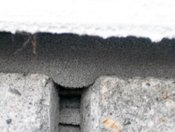 detail vyexpandované PĚNY PUR V PÁSCE (kompriband)