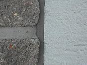 detail spáry mezi štípaným obkladem a zateplovacím systémem za použití PĚNY PUR V PÁSCE