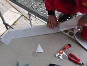 těsnicí pás přilepujeme postupně se současným odstraňováním krycího papíru