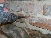 vrtání se provádí s roztečí děr 70-110 mm, otvor by měl končit v hloubce 15-30 mm od konce zdiva
