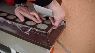 potom namontujete balkónové lišty pomocou SAMOLEPIACEHO TESNIACEHO PÁSU