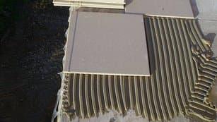 do flexibilného lepidla pre exteriér sa lepí dlažba tak, aby presahovala cca 5 mm cez BALKÓNOVÝ PROFIL