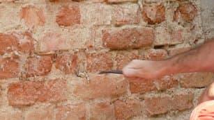 odstraníte vlhkou omítku a spáry ve zdivu